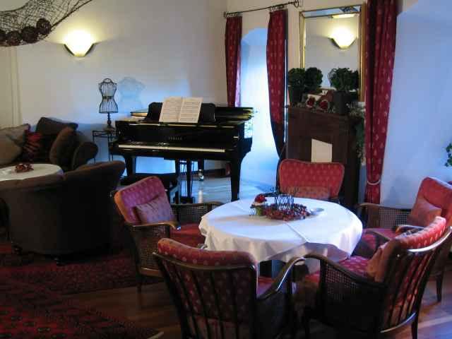 Klavier im Restaurant - Burghaus & Villa Kronenburg
