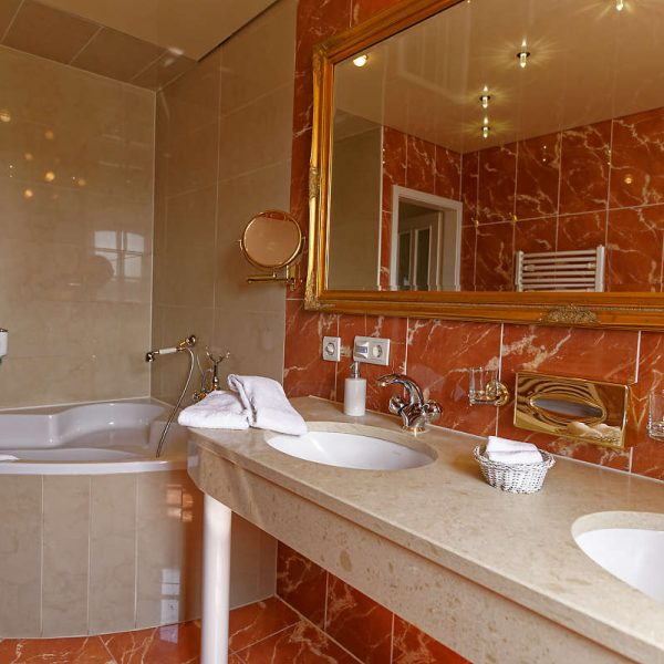 Badezimmer Romantiksuite - Burghaus & Villa Kronenburg
